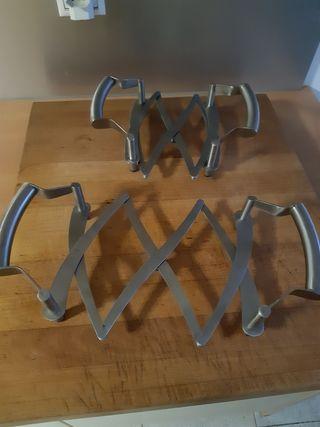 Dos salvamanteles extensibles de diseño, de acero