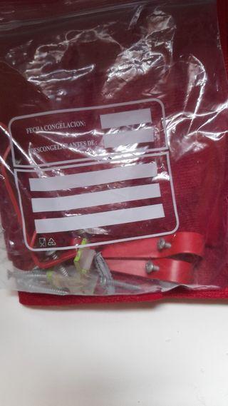 Visillos y barra de cortina rojos