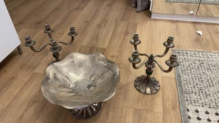 Candelabros y fuente de plata
