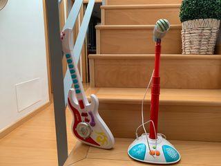 Guitarra y micrófono infantil.