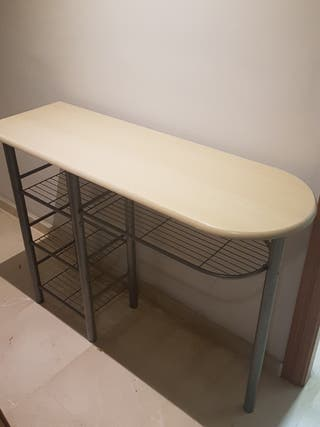 Mesa de madera con patas metálicas
