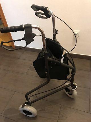 Andador con tres ruedas
