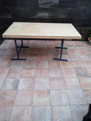 Dos mesas con caballetes metálicos