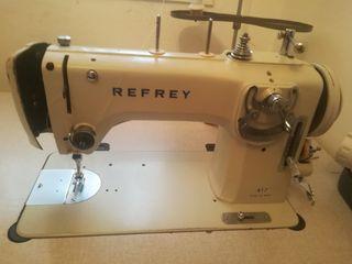 se vende maquina de coser y bancada
