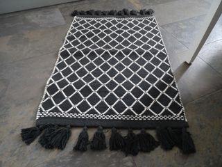 Alfombra tejida H&M rombos blanco y negro