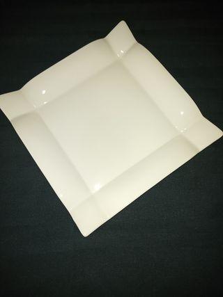 4 platos blancos