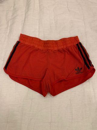 Pantalon deporte Adidas rojo.