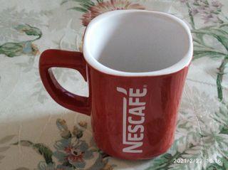 Taza roja de Nescafé