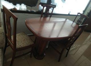 Mesa extensible y cuatro sillas