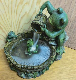 Fuente decorativa de ranas con agua