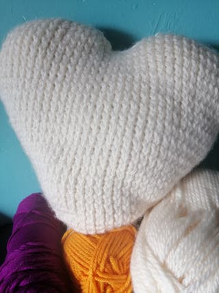 cojin corazón hecho a mano de lana