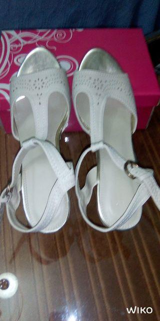 Zapatos de mujer, marfil,calado.