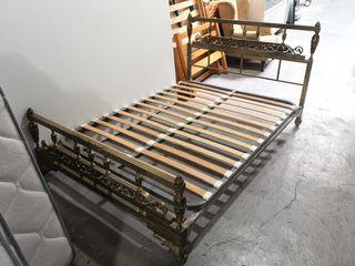 Cama antigua de metal