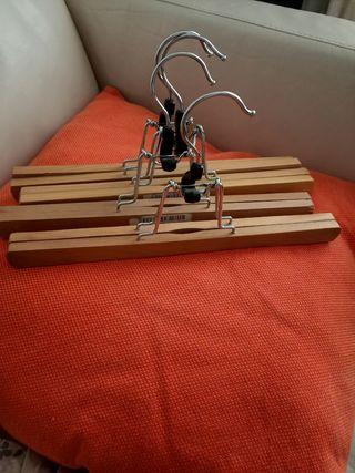 4 perchas de madera para pantalones