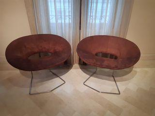 Dos butacas con patas metálicas