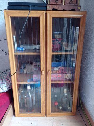 Mueble bar de madera con ventanas de vidrio