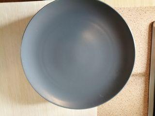 4 platos llanos negros y 2 llanos blancos