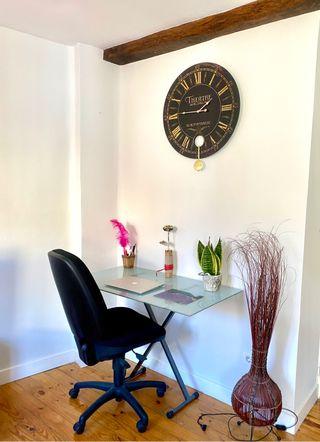 Mesa de cristal con caballete y silla de oficina