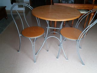 mesa y dos sillas de salita