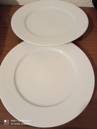 dos platos blancos
