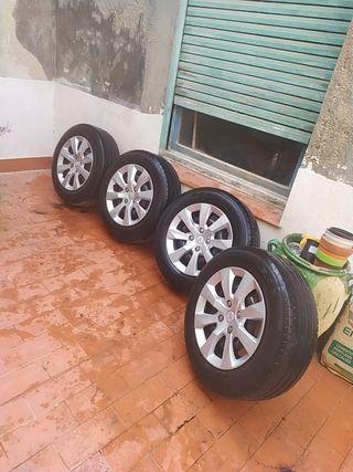 Llantas con tapacubos originales de Peugeot 2008