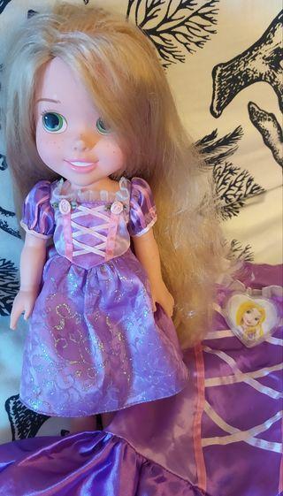 Muñeca y disfraz de Radpunzel.