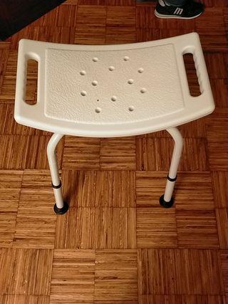silla de ducha con altura regulable y agarraderas