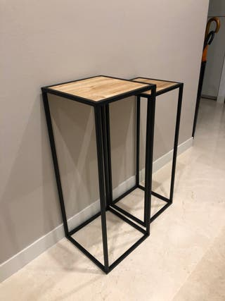 Pareja de pedestales en metal negro madera