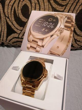 Reloj inteligente dorado Michael kors