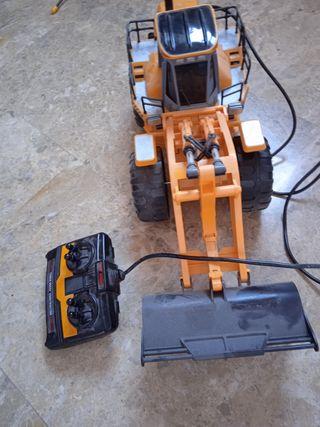escavadora y tractor teledirigido