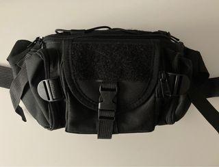 Riñonera negra con bolsillos
