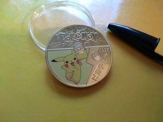 moneda de Pokémon de coleccion con su blíster