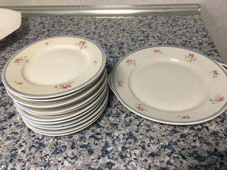 Bandeja y 12 platos de loza