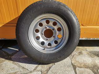 Llanta de Suzuki Jimmy con neumático