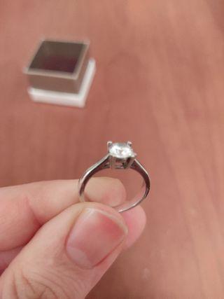 Anillo de plata de 1era ley con diamante circonita