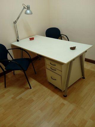 Mesa de trabajo blanca con cajonera y sillas