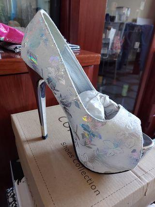 Zapatos de tacon blanco y plateado