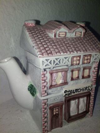 Tetera de cerámica en forma de casa