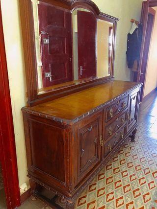 Mueble aparador vintage. Antigua cómoda de madera