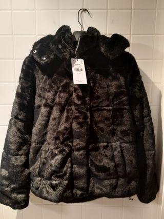 Abrigo plumífero negro con capulla talla M. Nuevo!
