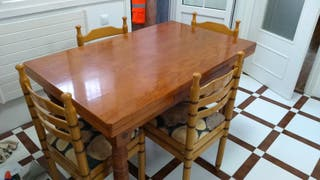 Mesa y cuatro sillas