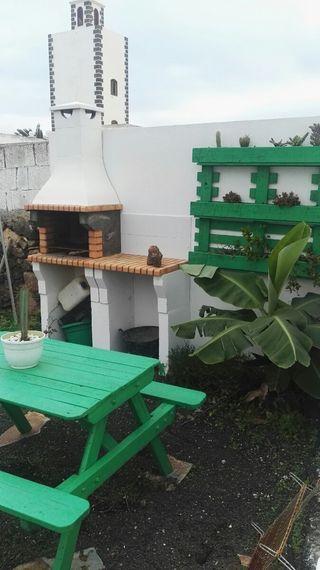 Banco de jardín y jardinera vertical.