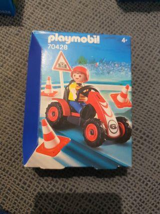 Niño con coche carreras Playmobil