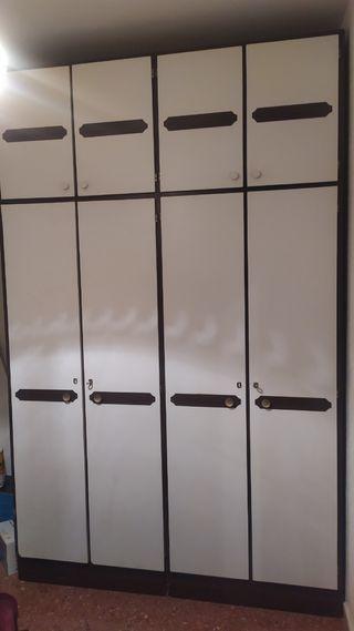 armario 4 puertas y 2 mesitas