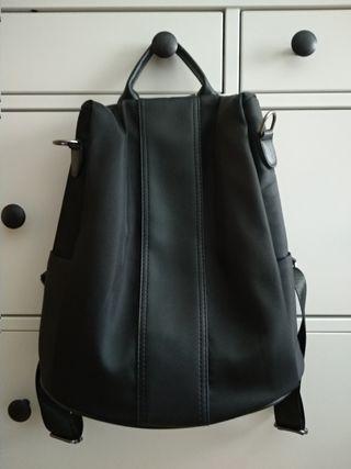Mochila-bolso en color negro.