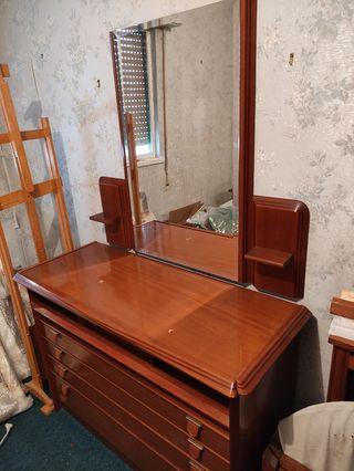Cómoda con espejo y dos estantes