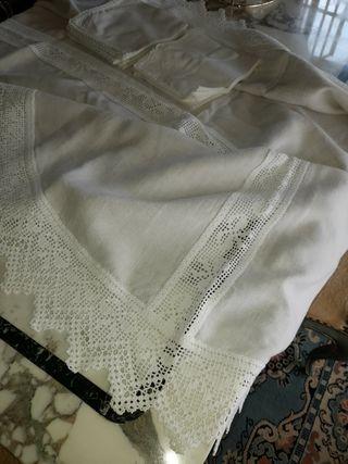 Mantel ovalado de hilo y ganchillo.