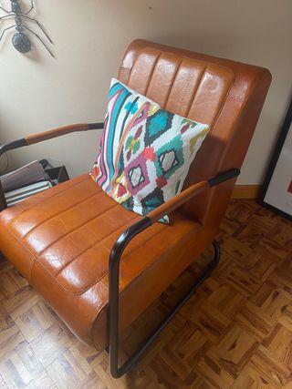 Butaca/ sillón de cuero marrón y acero negro.