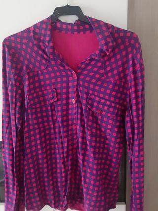 camisa rosa y azul