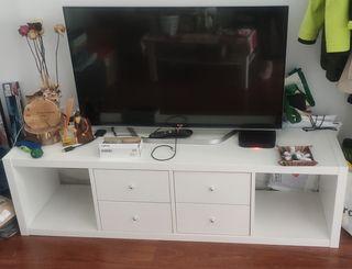 Mueble de Televisión Kallak con 4 cajones y patas